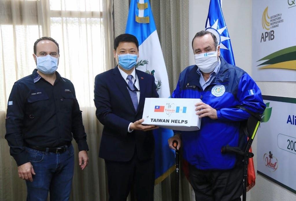 Guatemalan President Alejandro Giammattei (Right) and Taiwan's ambassador to Guatemala Cheng Li-cheng (Center).(Alejandro Giammattei Twitter...