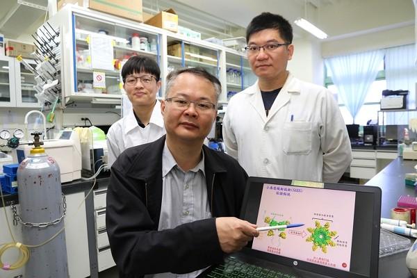 NCHU researcherHou Ming-Hon (center) and his team discovers alternative way to develop coronavirus vaccine. (NCHU photo)
