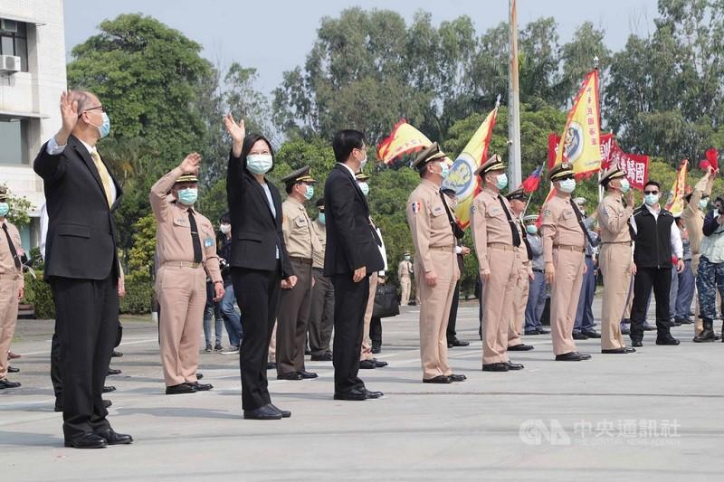 海軍敦睦遠航支隊9日提前返國,總統蔡英文(左2)赴左營軍港,僅在岸上揮手替官兵打氣。(軍聞社提供)中央社