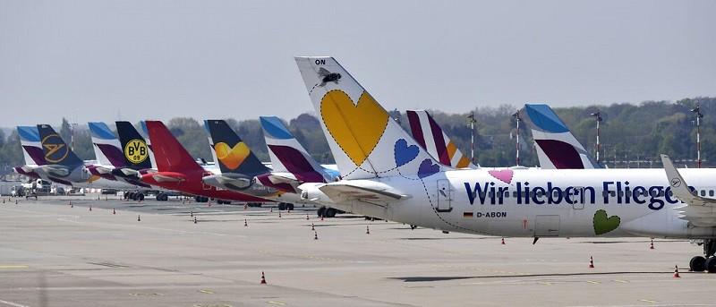 武漢肺炎影響航空業甚鉅,圖為停在德國杜塞道夫機場的客機 (美聯社)