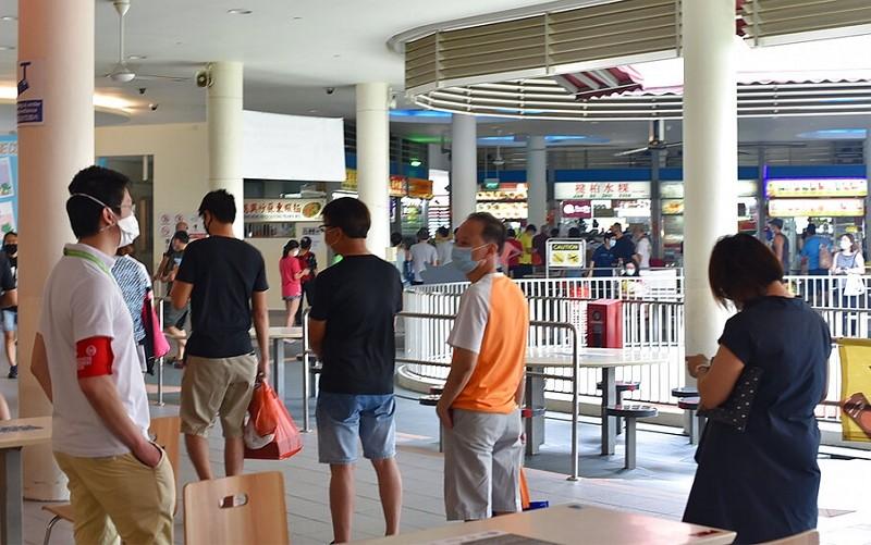 新加坡防疫糾察隊監督民眾社交距離(圖片:美聯社)