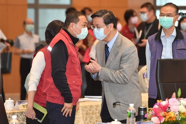 New Taipei city MayorHou You-yi (left) in conversation withCECC's panel convener Chang Shan-chwen.