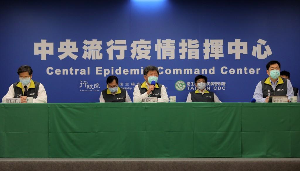 中央流行疫情指揮中心指揮官陳時中(前中)、前右為中心副指揮官陳宗彥、左為專家諮詢小組召集人張上淳。