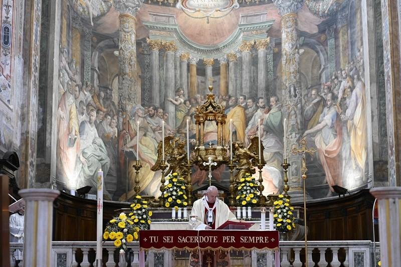 圖為教宗19日在羅馬主持彌撒的情形 (美聯社)