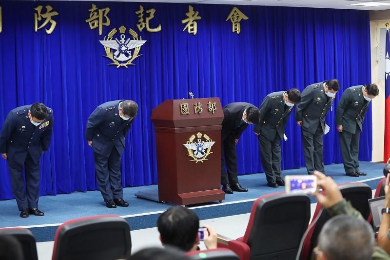國防部長嚴德發(右4)21日晚間召開臨時記者會,親率軍方高層向社會各界鞠躬致歉 (中央社)
