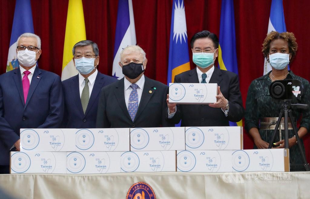 外交部長吳釗燮(右2)15日在外交部出席捐贈友邦熱像儀儀式,他拿著國產熱像儀,包裝印有「台灣能幫忙」(Taiwan Can Help)字樣...
