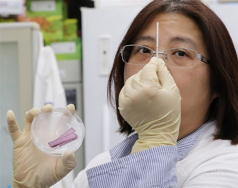 中央研究院基因體研究中心實驗室,3月9日展示成功合成能辨識2019新型冠狀病毒蛋白質的單株抗體群過程,將可作為檢測快篩裝置的關鍵試劑。中央...