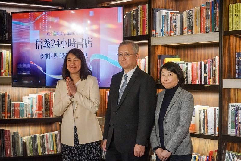 敦南誠品5月底將熄燈,董事長吳旻潔(左)23日正式宣布24小時書店將由「信義店」接棒,預計5月29日試營運。中央社