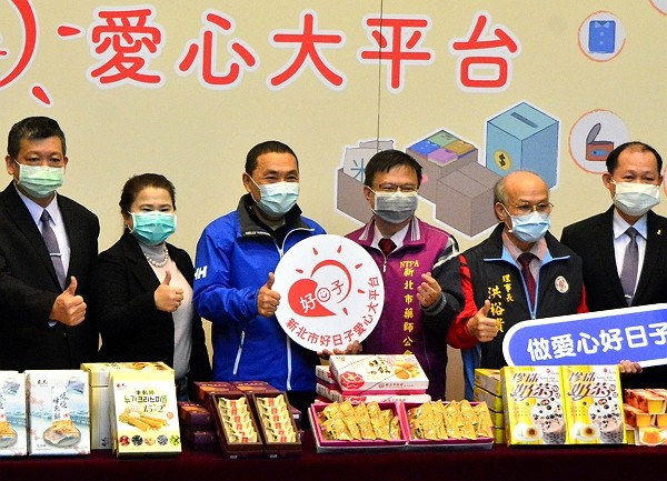 New Taipei pastry companies offer gifts to local pharmacists.
