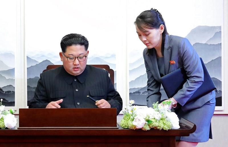 圖為金正恩(左) 與妹妹金與正(右) 攝於2018年4月27日 (美聯社檔案照片)
