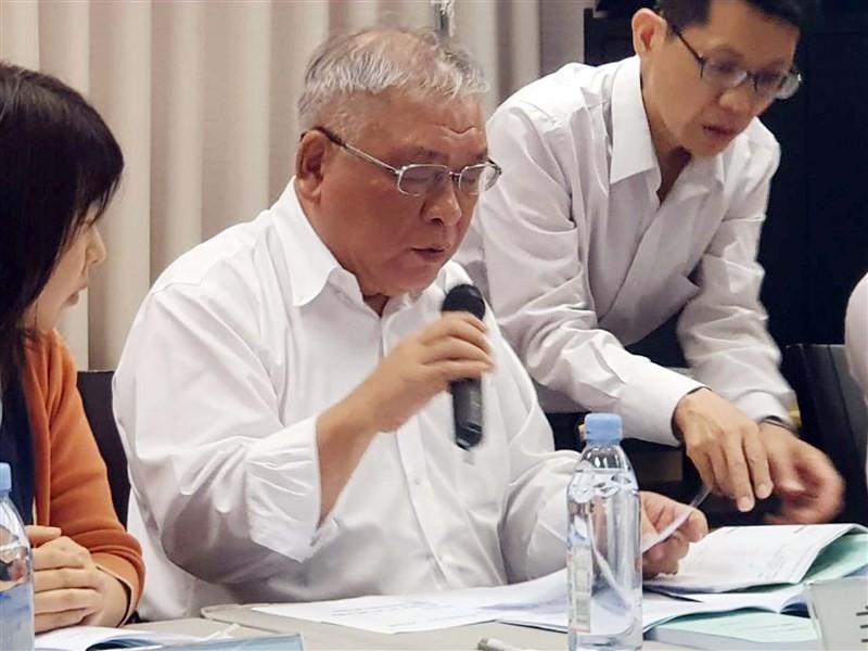 錢櫃KTV董事長練台生(左2)