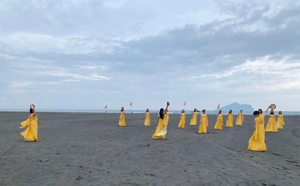 """""""Little Days on the Beach"""" being performed on Yilan'sWaiao Beach. (Facebook,Posuo photo)"""