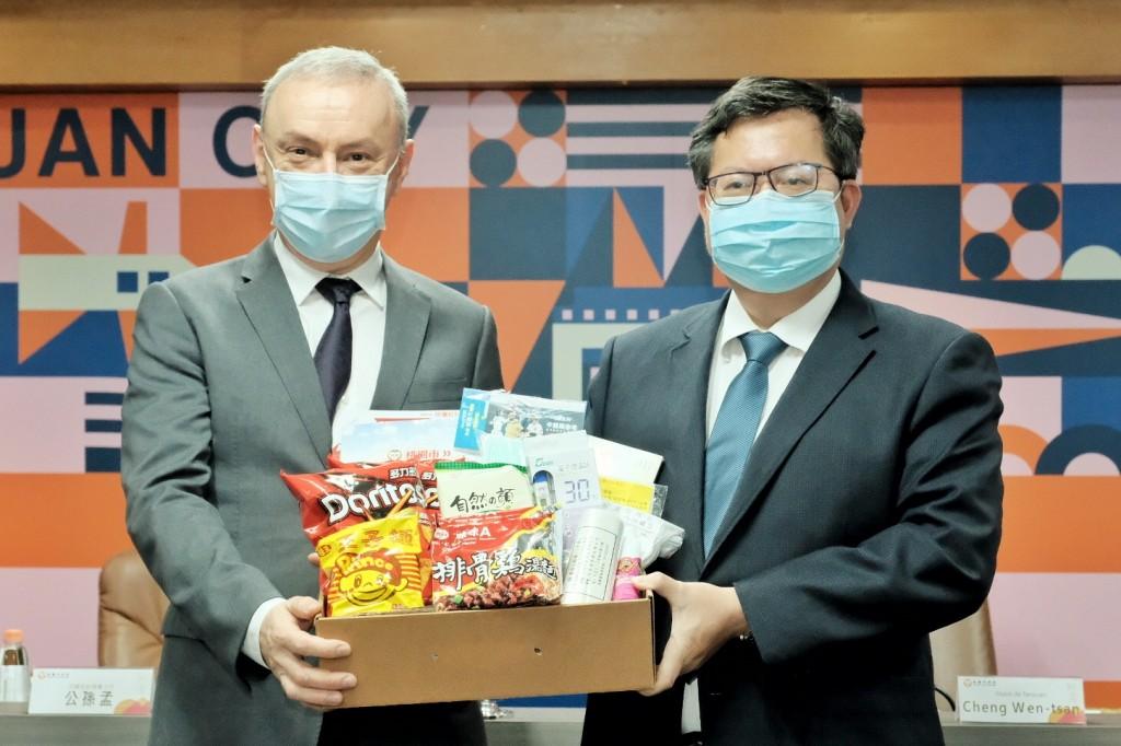 照片左起:法國在台協會主任公孫孟與桃園市長鄭文燦