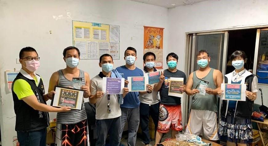 南警六分局防治組準備了中、英越、印、泰文版的防疫文宣,向移工朋友宣導防疫工作(翻攝自南警六分局臉書)