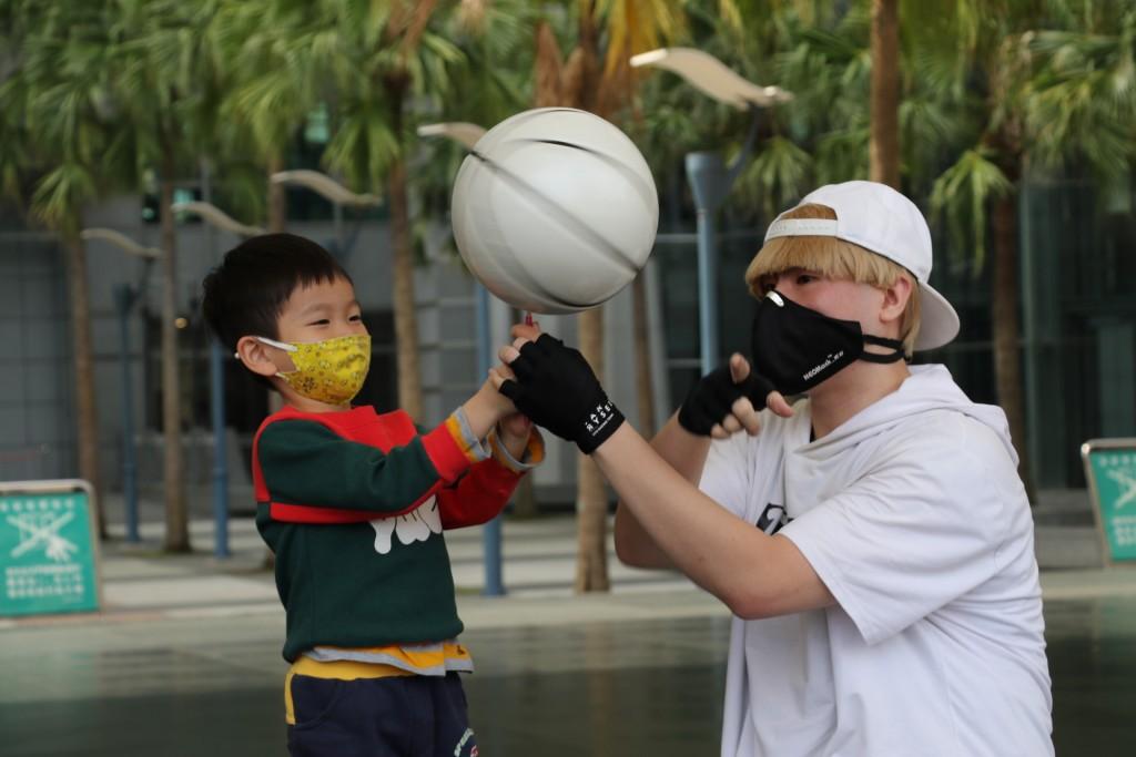 陳致瑋(右)。(照片來源:新北市政府社會局)