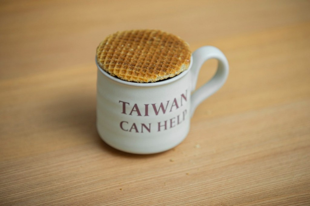 荷蘭煎餅與印有「Taiwan Can Help」的馬克杯(翻攝自蔡英文臉書)