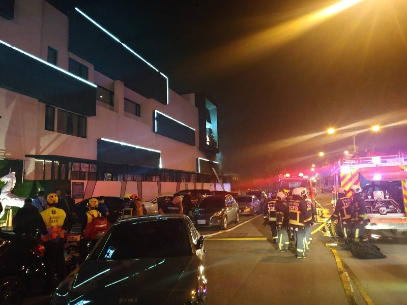 30日凌晨警方與歹徒對峙時,犯嫌在房內縱火,最後被警方全數壓制,消防人員隨即布水線進入搶救,將火勢撲滅。(台中市消防局提供)中央社