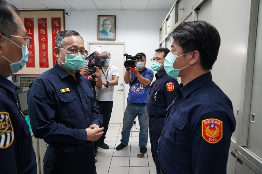 National police chief Chen Chia-chi (second from left) visiting the Railway Police on April 30