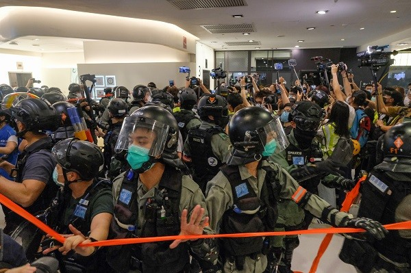 HK police trapped inside the defense line; thenpepper-sprayedjournalists away. (Studioincendo photo)