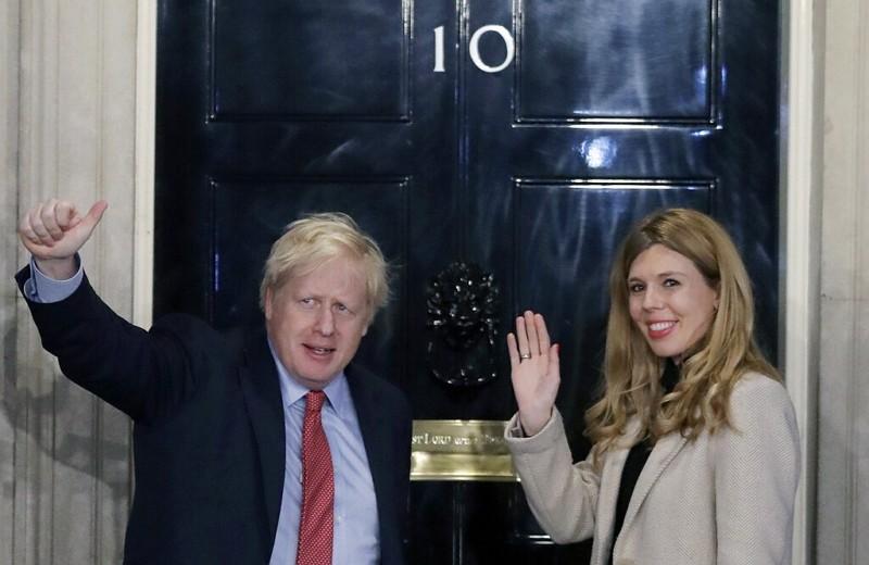 英國首相強生(左)與未婚妻(圖:美聯社)