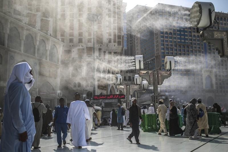 沙烏地阿拉伯麥加聖地為朝聖者灑水降溫(圖:美聯社)