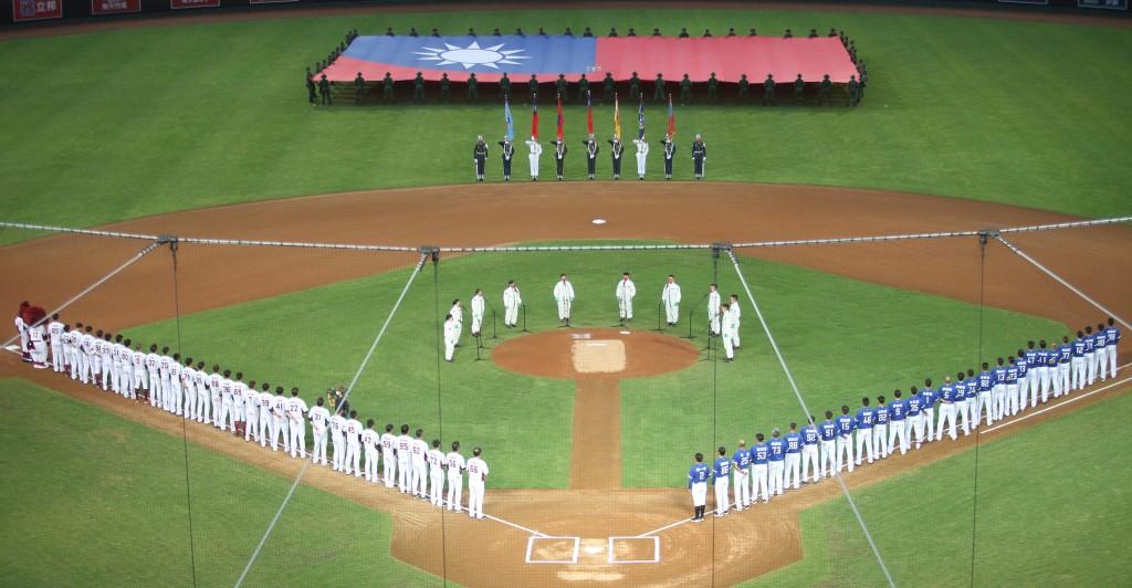 陸軍33化兵群官兵於7日中華職棒賽事開打前領唱國歌