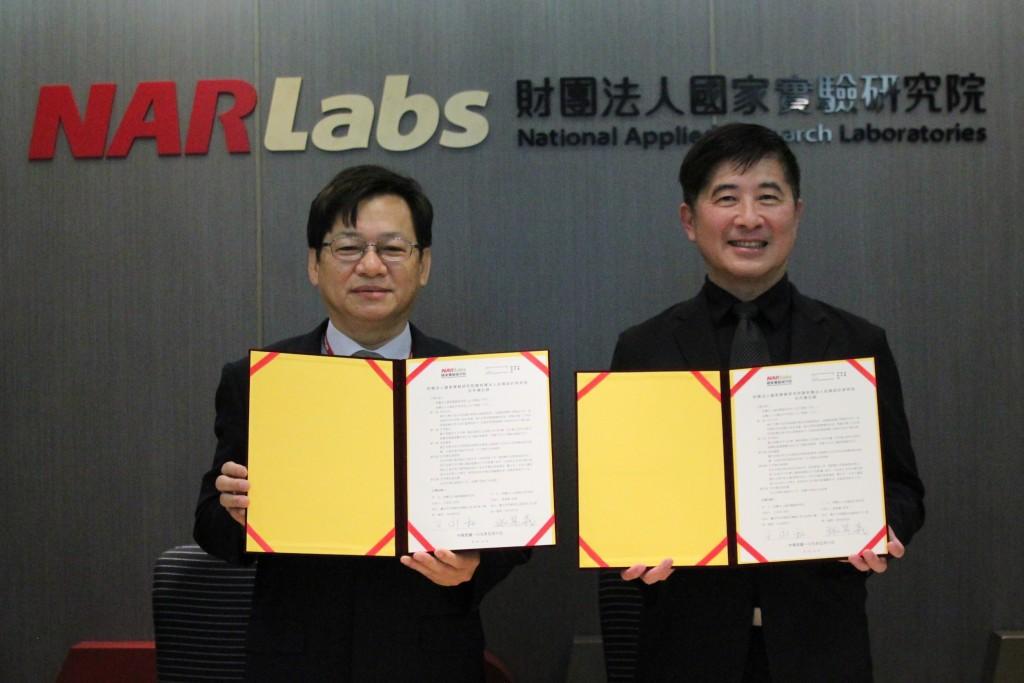 財團法人國家實驗研究院王永和院長(左)與台灣設計研究院院長張基義,一同簽訂合作備忘錄(圖/台灣設計研究院)