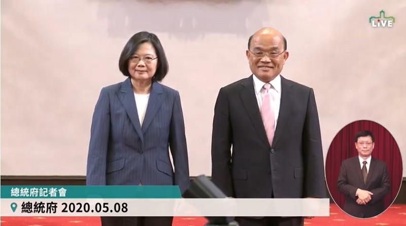 圖為蔡總統與蘇院長, 今天在總統府記者會後合影 (直播截圖)