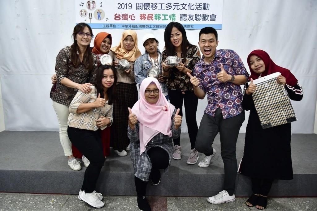 吳俊星(右二)從一句中文都不會,到後來成為中央廣播電台主持人、協助台商拓展印尼商機(吳俊星提供)