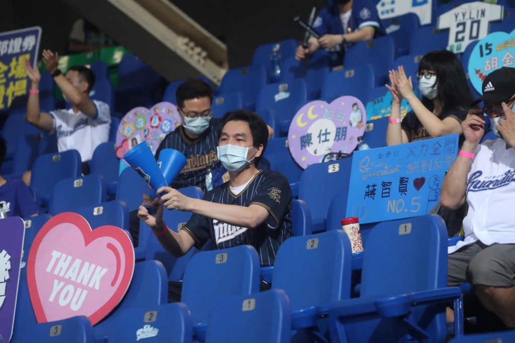 中華職棒本賽季在8日晚間首度限量開放球迷入場(照片來源:中央社提供)