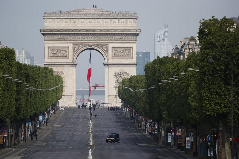 8日的巴黎香榭麗舍大道與凱旋門, 依舊人煙稀少 (美聯社)