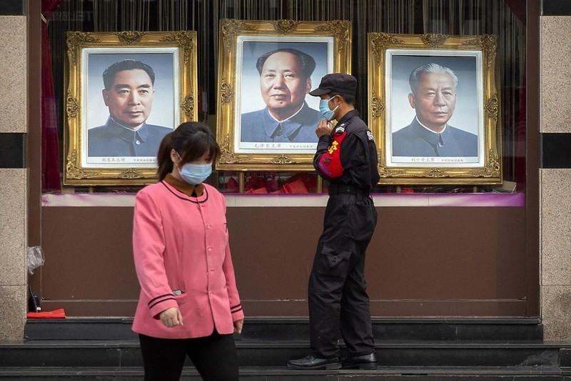 北京一處有著毛澤東、周恩來、劉少奇肖像的櫥窗(圖/美聯社)