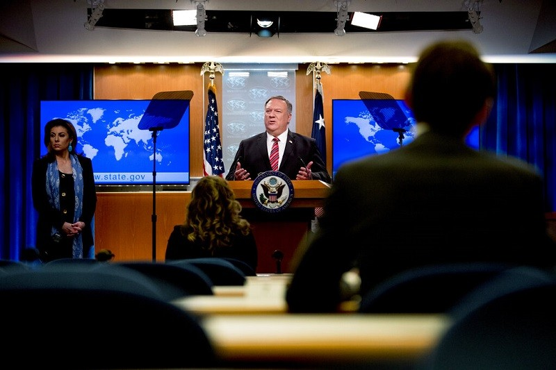 圖為美國國務卿蓬佩奧(中)4月29日記者會 (美聯社檔案照)
