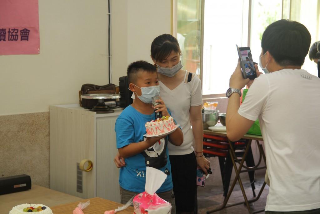 新住民親子一起製作蛋糕,歡慶母親節。(照片來源:嘉義縣政府)