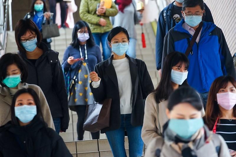 戴口罩是台灣防疫成功因素之一, 圖為台鐵乘客 (中央社檔案照)