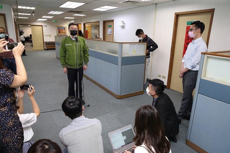 民進黨主席卓榮泰(著綠夾克者)13日下午主持最後一次黨中常會。他受訪時表示,台北市黨部主委選舉無法好好協調,非常遺憾。中央社