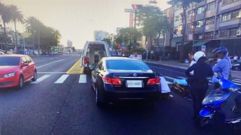 民進黨高雄市議員韓賜村7日疑闖紅燈肇事,造成余姓騎士傷重送醫不治。圖為車禍現場。(警方提供)中央社