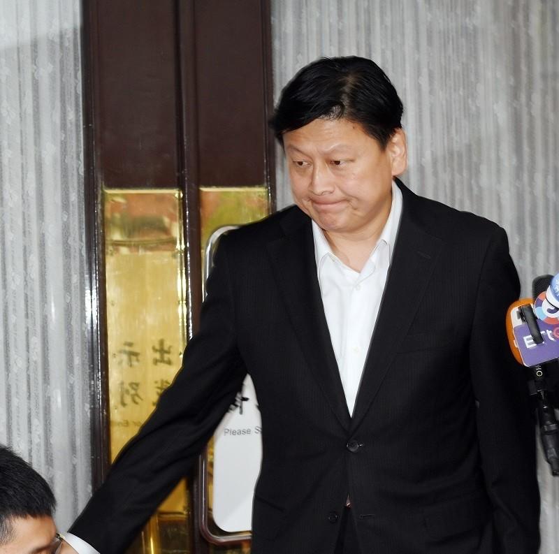 立委傅崐萁炒股遭判刑定讞,需入獄服刑,他14日下午在立法院議場前發表談話,坦言遺憾但尊重法院裁定,並向支持者表達歉意,隨即離去。中央社