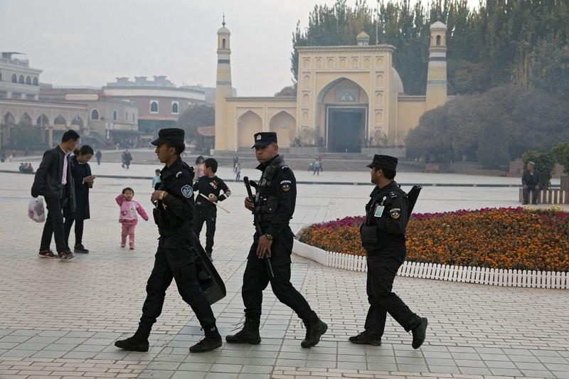 圖片為新疆一處再教育中心,門口有警力戒備(圖/ 美聯社)