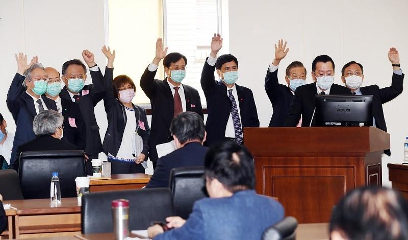 圖為金管會主委顧立雄(立者右2)與8大行庫董事長,14日在立法院同台備詢時,對立委質詢行動支付案議題表態。中央社