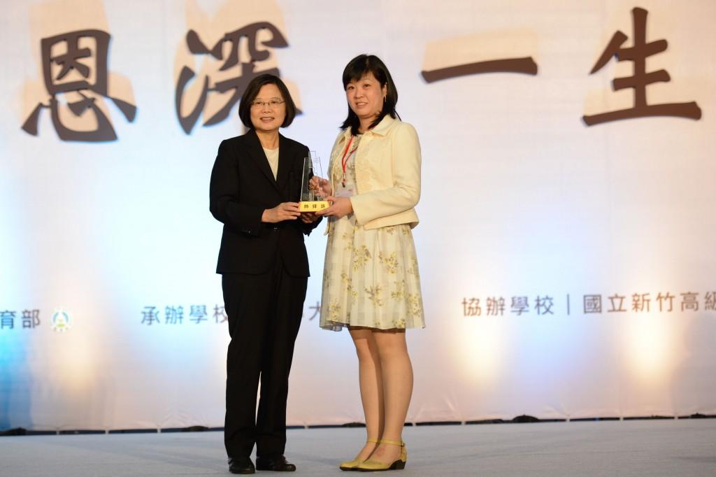 楊小梅曾獲得教育界最高榮譽「師鐸獎」,由蔡英文總統頒獎(翻攝自教育部網站))