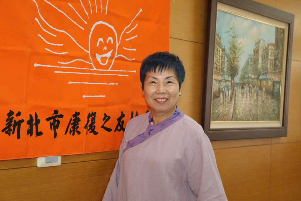 新北市康復之友會理事長黃莉玲本身也有長期照顧精障者的經驗。(照片由新北市社會局提供)