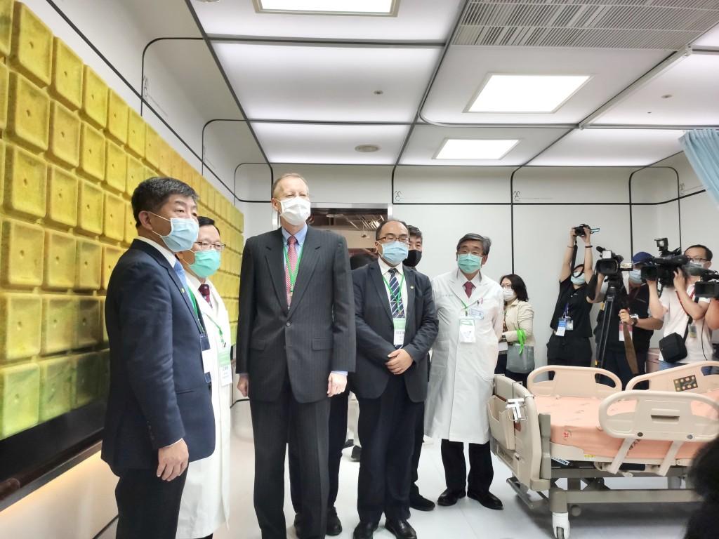 衛福部長陳時中(左一)、美國在台協會處長酈英傑(左三)參觀最新MAC Ward(圖/Taiwan News_Lyla Liu)