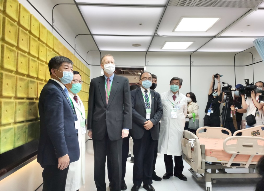 Minister of Health and Welfare, Chen Shih-chung (left) and Director of the American Institute in Taiwan, Brent Christensen (center) at MAC Ward. &nbsp...