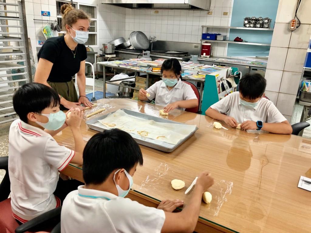來自瑞士的Lisa到安業國小與學生進行國際交流,透過家鄉美食讓學生了解多元文化。(照片來源:財團法人金車文教基金會)