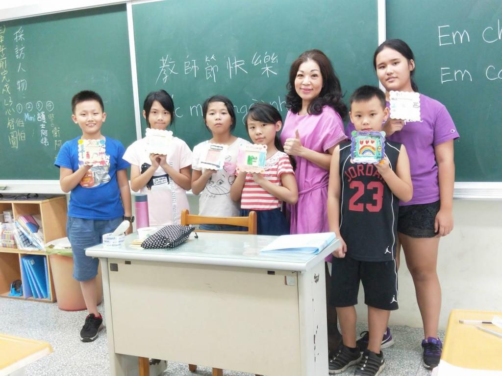 武氏芳恆(右三)現在新北市多所偏遠學校擔任越南語教師。(武氏芳恆提供)