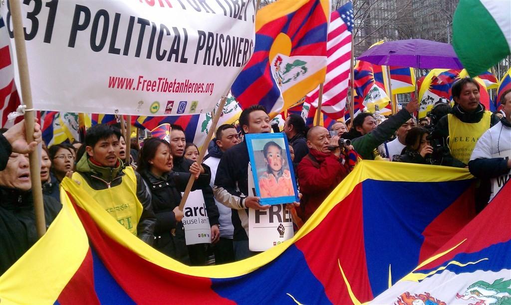 11世班禪喇嘛25年前失蹤,美國國務卿蓬佩奧18日呼籲北京當局,即刻交待班禪喇嘛下落。圖為藏人2011年抗議中國拘禁大批政治犯。(圖取自維...