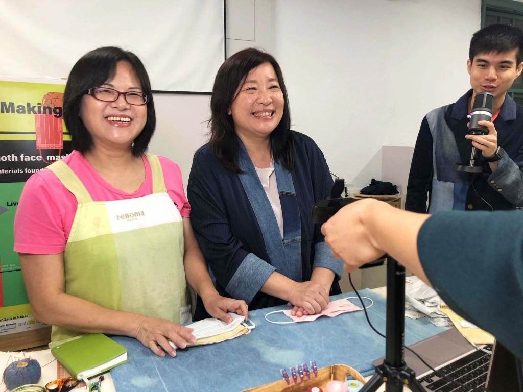 台北市婦女新知協會理事長蔣念祖(中)與林芳美裁縫師(左)教導尼泊爾婦女製作布口罩(中央大學提供)