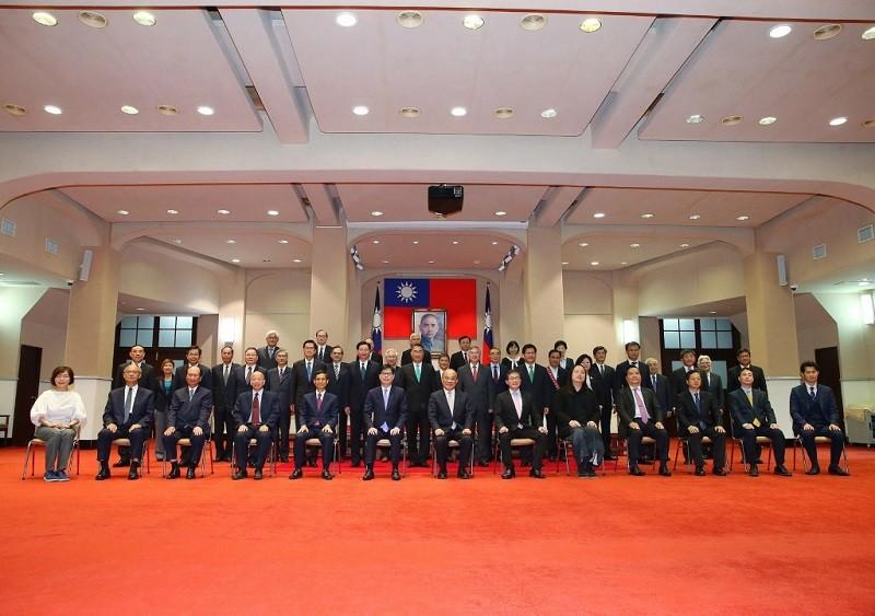 新內閣20日正式上路,行政院長蘇貞昌(前中)當天下午主持行政院院會,會後與新團隊成員合影。中央社
