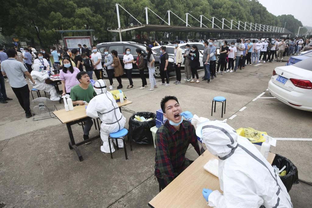 武漢市民大排長龍進行核酸檢測(圖/ 美聯社)